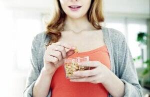 Une femme en train de manger des fruits secs
