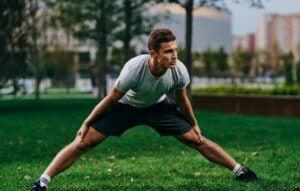 Un homme qui s'étire les muscles des jambes.