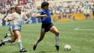 Diego Maradona lors d'un match de football.