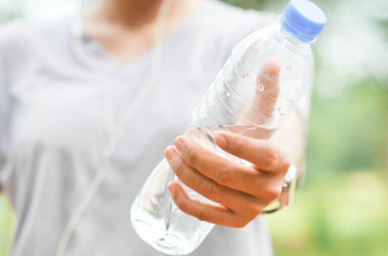 Routine d'exercices avec des bouteilles d'eau