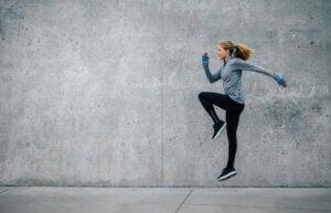 Une femme fait des sauts