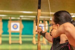 Une femme fait du tir à l'arc