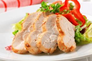 Une salade avec de la viande blanche