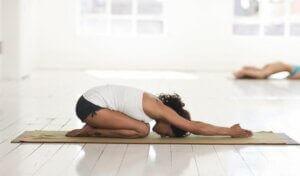 Posture de yoga de l'enfant