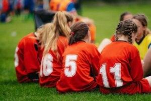 jeunes filles jouant au football