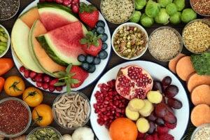 Assortiment de fruits, légumes, céréales et graines.