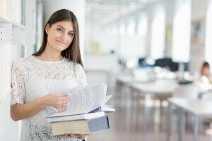 Une jeune étudiante à l'université.