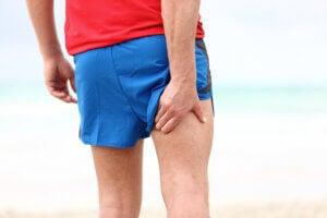 Homme avec une douleur aux muscles ischio-jambiers.