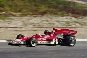 La voiture Lotus 72 lors d'une course.