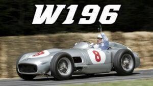 La voiture Mercedes W196 lors d'une course.