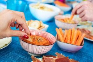Pâté végétal avec des bâtonnets de carotte.
