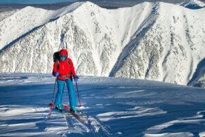 Un skieur sur une piste de ski.