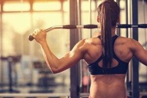 femme soulevant des poids