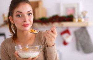 femme mangeant un bol de céréales