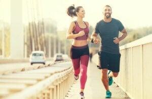 Un couple qui court sur un pont de voiture.