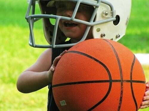 Un jeune garçon avec un ballon de basket dans la main.