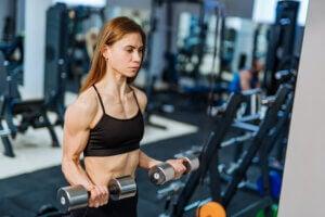 Travailler ses biceps avec des haltères