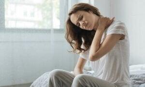 Une femme au réveil qui a mal au cou.