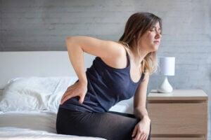 Femme avec une douleur dans le bas du dos.