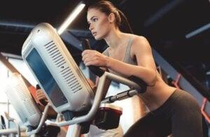 Une femme qui utilise l'elliptique.