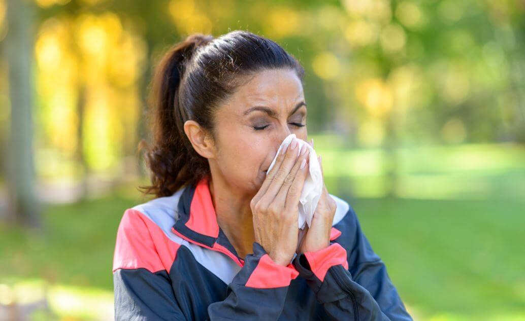 Une femme qui fait du sport avec un rhume.