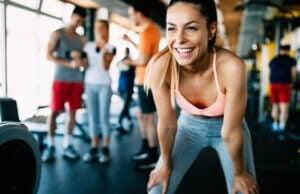 Une femme qui s'entraîne dans une salle de sport.