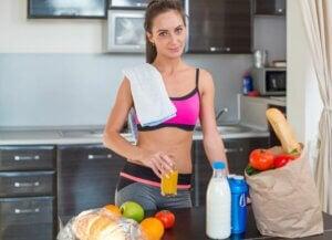 Une femme sportive dans sa cuisine.