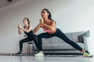 deux femmes faisant une fente latérale