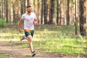 Un homme qui court dans la nature.