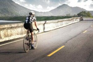 Un homme pratiquant le cyclisme