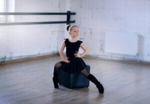 Une jeune fille qui fait une pose de danse.