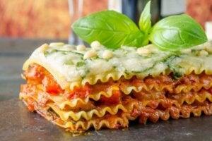 Une part de lasagnes végétariennes