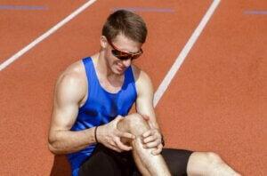 Un sportif blessé au genou.