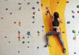 Une femme sur un mur d'escalade.