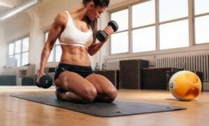 femme faisant de la musculation