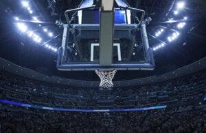Panier de basket dans un stade.