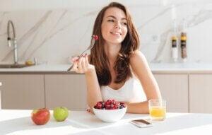 Une femme qui mange un petit-déjeuner sain.
