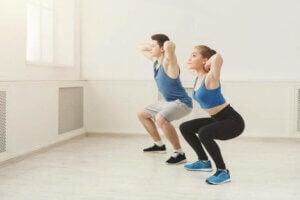 un homme et une femme faisant des squats