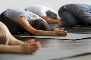 Position de yoga pour détendre le dos.
