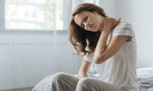 femme ayant des douleurs cervicales