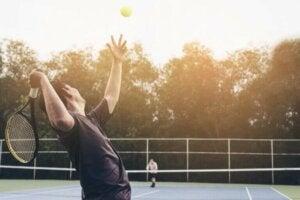 Un service au tennis