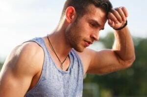 Un homme sportif lors d'un entraînement.