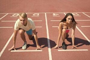 Deux personnes au départ d'une piste d'athlétisme.