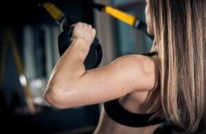 Une femme qui fait des exercices de suspension.