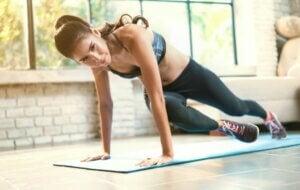 Une femme qui fait des exercices de crossfit.