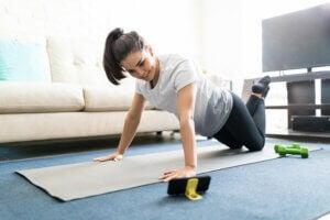 Une jeune femme qui fait des exercices dans sa maison.