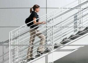 Une jeune femme qui monte les escaliers.