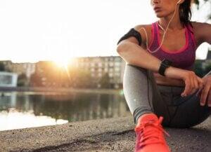 Une femme qui fait une pause pendant sa séance d'entraînement.