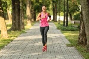 Une femme qui court.