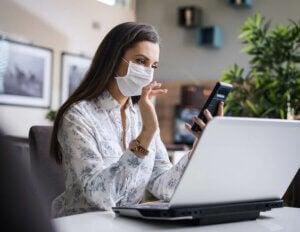 Une femme en télétravail pendant le coronavirus